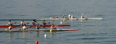 Das schnellste Rennen, den Kajak-Vierer über 200 Meter, gewannen die Rapperwiler (Bahn 2) vor den beiden Romanshorner Booten (Bahnen 4 und 5).
