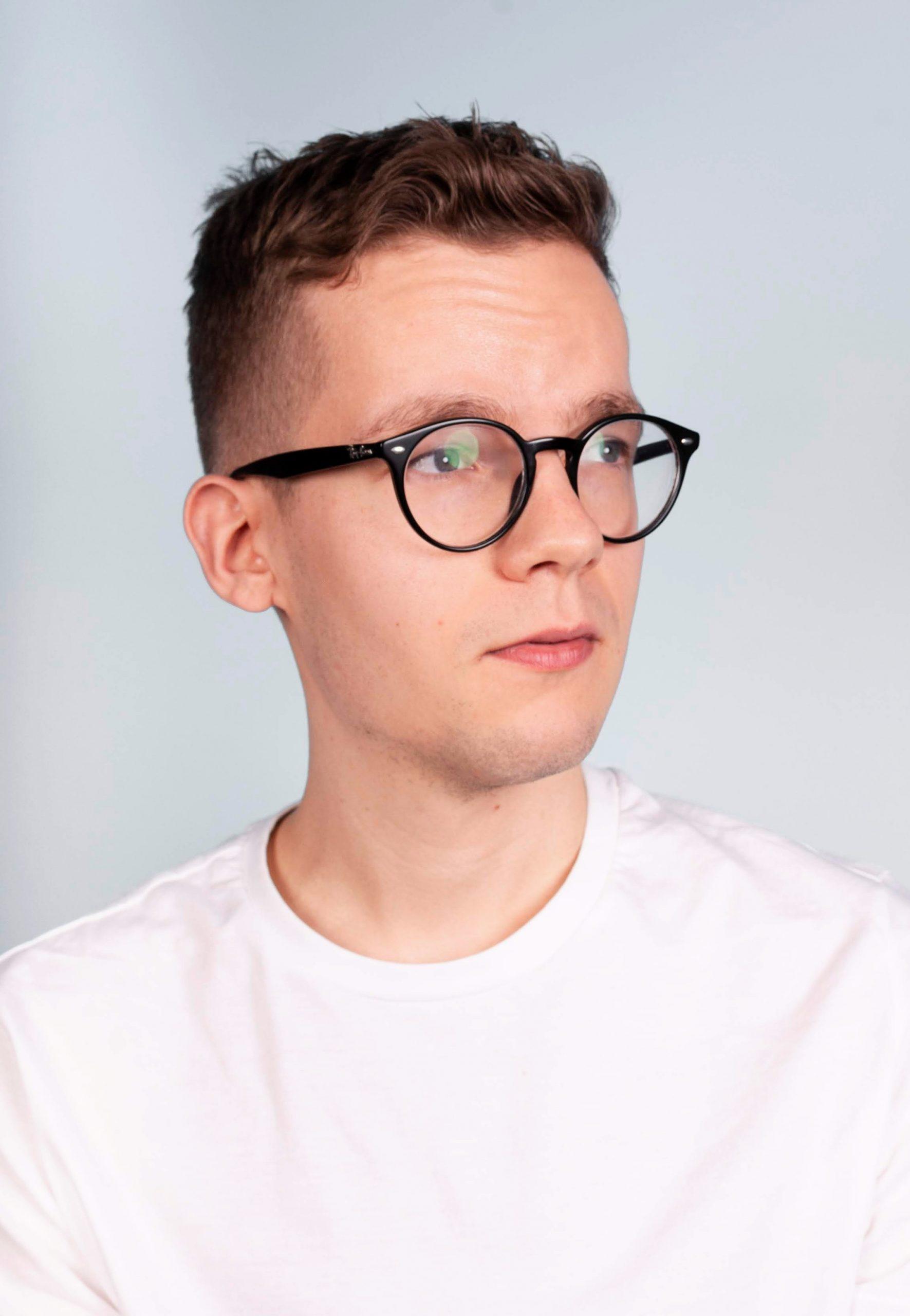 Portrait eines jungen Mannes, der zweifelnd in die Zukunft blickt