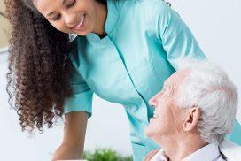 Pflegerin und älterer Mann im Dialog