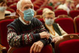 Älterer Mann im Theater