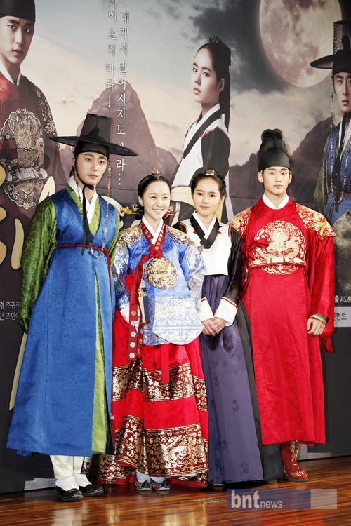 The Moon That Embraces The Sun : embraces, Casts, Gathering, Embraces, Sun's, Press, Conference, Korean, Drama