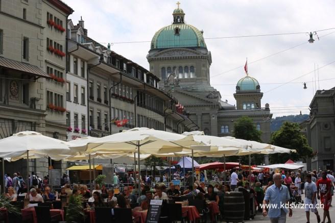 Pasar berlatarbelakangkan Parliment Swizzerland
