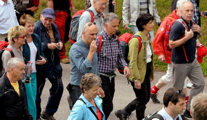 Berjalan bersama rakyat, semua menteri terpaksa menggalas beg bekalan masing-masing