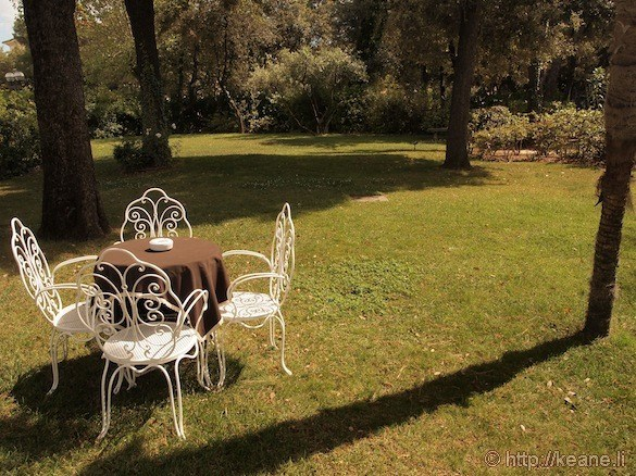 Grand Hotel Rimini - Chairs and table on the front lawn