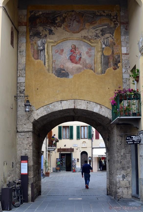 Camaiore - Arch and Fresco