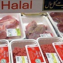 Halal maso – pro muslimy povolené maso ze zvířete, které bylo usmrceno rituální porážkou zvanou dhabíha (ذبيحة). Při porážce by zvíře mělo být položeno na zem směrem ke Kábě a zabito podříznutím hrdla jedním tahem nože, při kterém dojde k přetnutí tepny, jež zásobuje mozek krví.