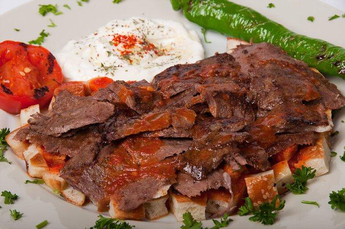 İskender kebab - grilované maso sjogurtem arozpuštěným máslemdo chlebových placek. Pochází z Bursy a je pojmenován po svém vynálezci. Více zde. - Kebabárenský slovníček