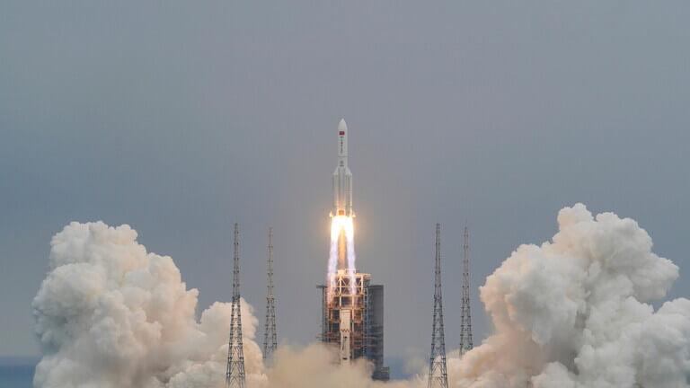 """أين يسقط صاروخ الصين """"التائه""""؟ سؤال يشغل العالم"""
