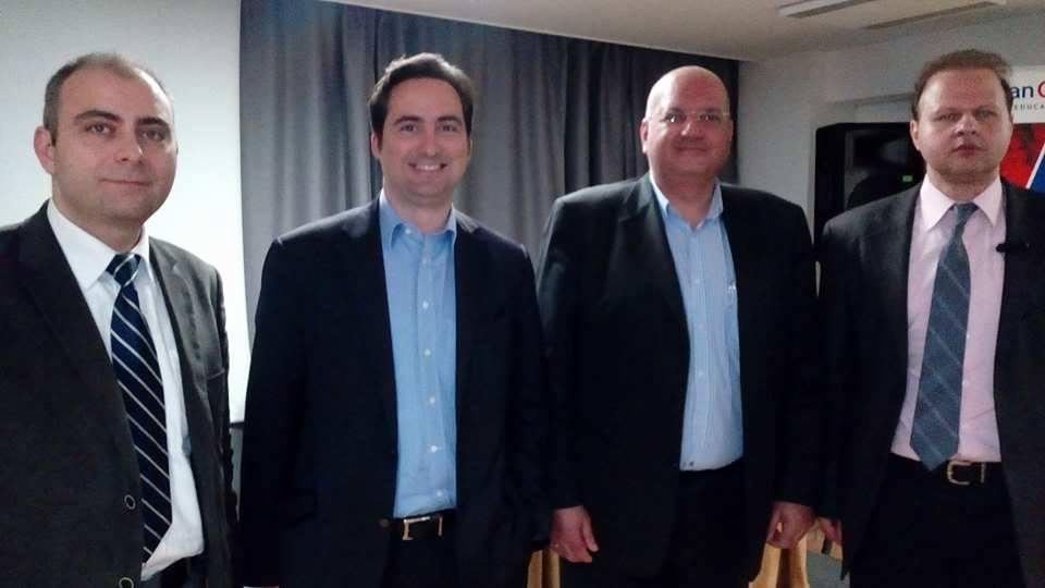 Από τα αριστερά προς τα δεξιά: Ο Δρ. Πέτρος Βιολάκης, Διευθυντής Ερευνών του ΚΕΔΙΣΑ, ο ιδρυτής και Πρόεδρος του ΚΕΔΙΣΑ, Ανδρέας Μπανούτσος, ο εισηγητής, κ. Βασίλης Κοψαχείλης, και ο Εκτελεστικός Διευθυντής του ΚΕΔΙΣΑ, Γιώργος Πρωτόπαπας
