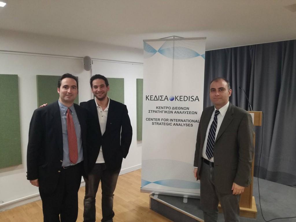 Από τα αριστερά προς τα δεξιά: Ο Ιδρυτής και Πρόεδρος Δ.Σ. του ΚΕΔΙΣΑ, κ.Ανδρέας Γ. Μπανούτσος, ο εκ των εισηγητών του σεμιναρίου κ. Αλέξανδρος Δρίβας, και ο Διευθυντής Ερευνών του ΚΕΔΙΣΑ, Δρ. Πέτρος Βιολάκης.