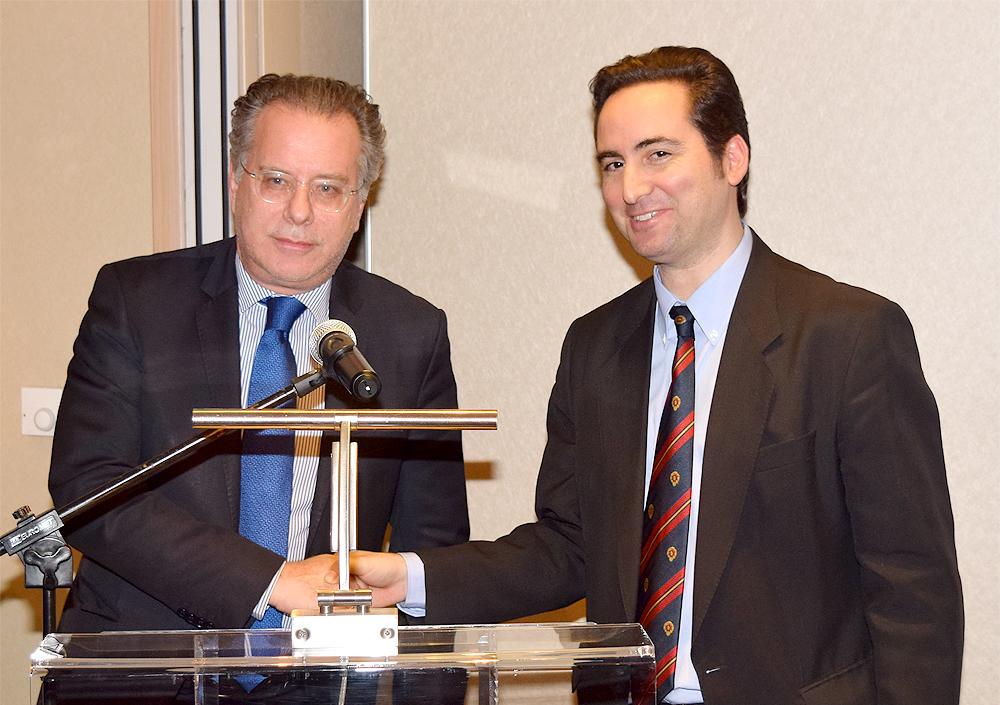 Από τα αριστερά προς τα δεξιά: Ο Βουλευτής Β' Αθηνών και Τομεάρχης Εξωτερικών ΝΔ και εκπρόσωπος του Προέδρου της ΝΔ κ. Κυριάκου Μητσοτάκη στην εκδήλωση του ΚΕΔΙΣΑ, κ.Γιώργος Κουμουτσάκος και ο Ιδρυτής και Πρόεδρος Δ.Σ. του ΚΕΔΙΣΑ, κ. Ανδρέας Γ. Μπανούτσος.
