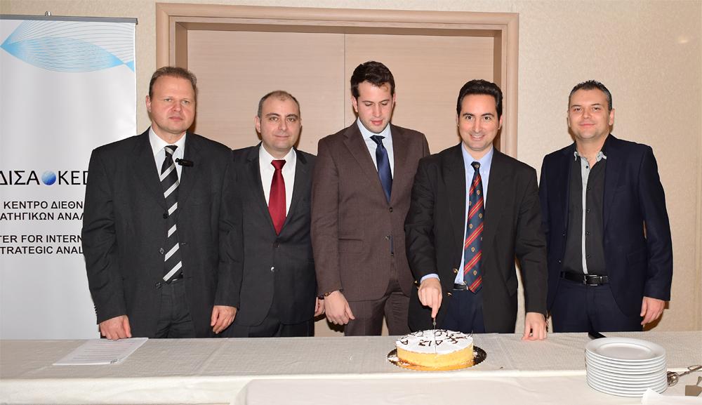 Από αριστερά προς τα δεξιά: Ο Εκτελεστικός Διευθυντής Δ.Σ του ΚΕΔΙΣΑ, κ.Γιώργος Πρωτόπαπας, ο Διευθυντής Ερευνών του ΚΕΔΙΣΑ, Δρ. Πέτρος Βιολάκης, ο Γενικός Γραμματέας Δ.Σ. του ΚΕΔΙΣΑ, κ. Όμηρος Τσάπαλος, ο Ιδρυτής και Πρόεδρος Δ.Σ του ΚΕΔΙΣΑ, κ.Ανδρέας Μπανούτσος