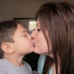 Mit gondoltok azokról az anyukákról, akik szájon csókolják gyermeküket? Olvasd el, hogy mit mondanak a szakemberek…