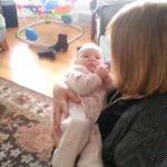 Ez a nagymama úgy döntött, hogy énekel egy kicsit az unokájának! Amit erre a kisbaba reagált, az egészen meglepte a jelenlévőket!