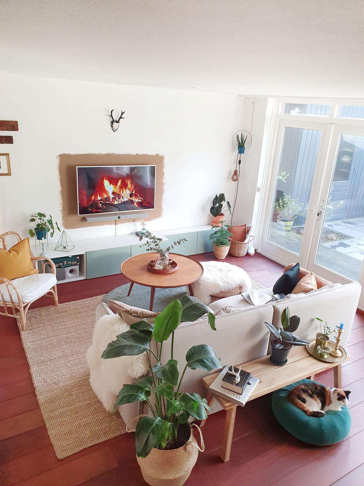 dr.house_bykylie binnenkijken woonkamer livingroom planten rotan bohemian