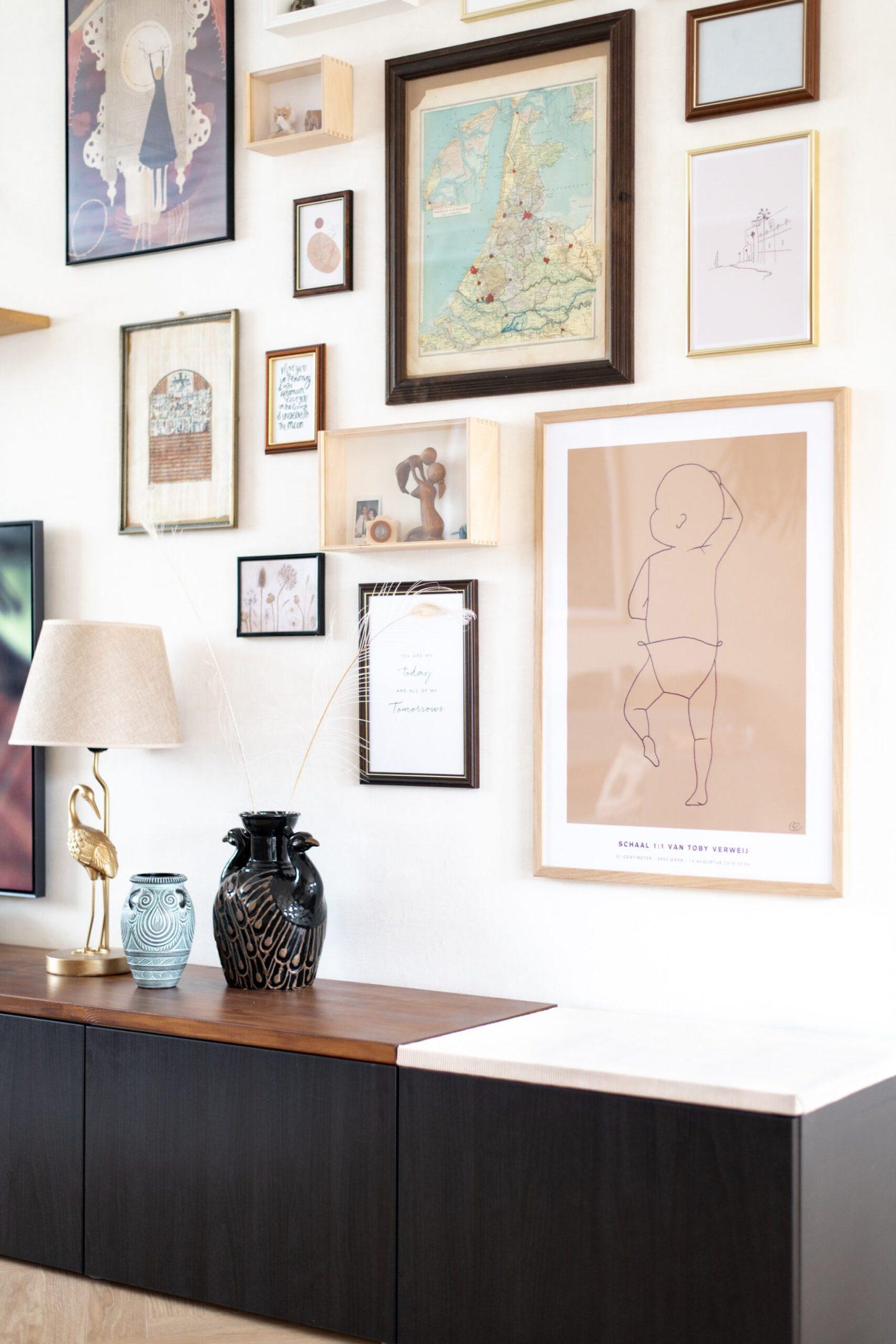 tv-wand interieurstyling interieurinspiratie wanddecoratie wandstyling woonkamer tvmeubel vintage style frisse tinten