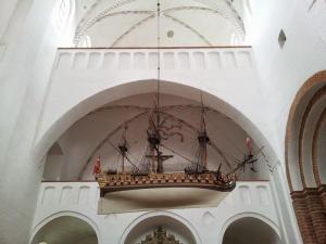 2014-08-de-dk-aarhus-cathedral-boat_800