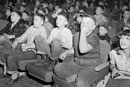 6359949769232202011529869379_halloween-kids-scared-movie-theater