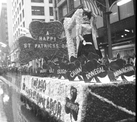 photo-chicago-state-street-st-patricks-day-parade-federation-of-labor-float-1961