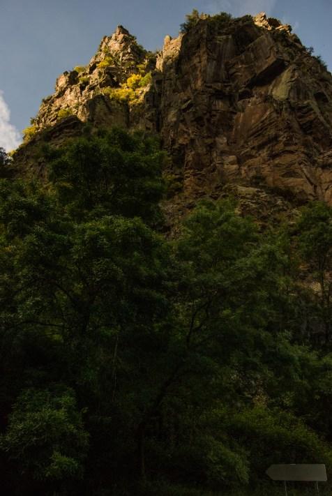 Grande rocha que se atopa a carón da Fervenza do Fondós