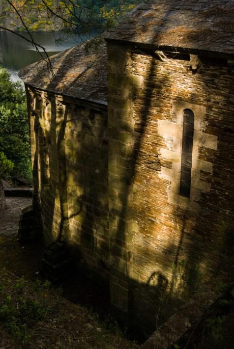O sol da tarde sobre os muros da igrexa