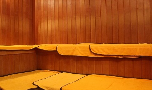 サウナと熱帯夜の蒸し暑い部屋は同じ