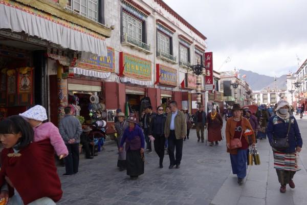 八角街を歩く人々
