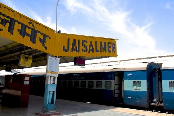 インドの寝台列車に乗って、46度の砂漠の街へ