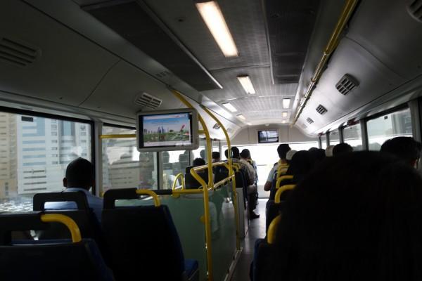 バス内には行き先が出ている画面があります。