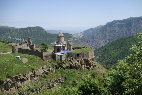 ドラゴンドラより長いロープウェイに乗って9世紀に造られた修道院へ。