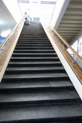 建物内の階段を登って...