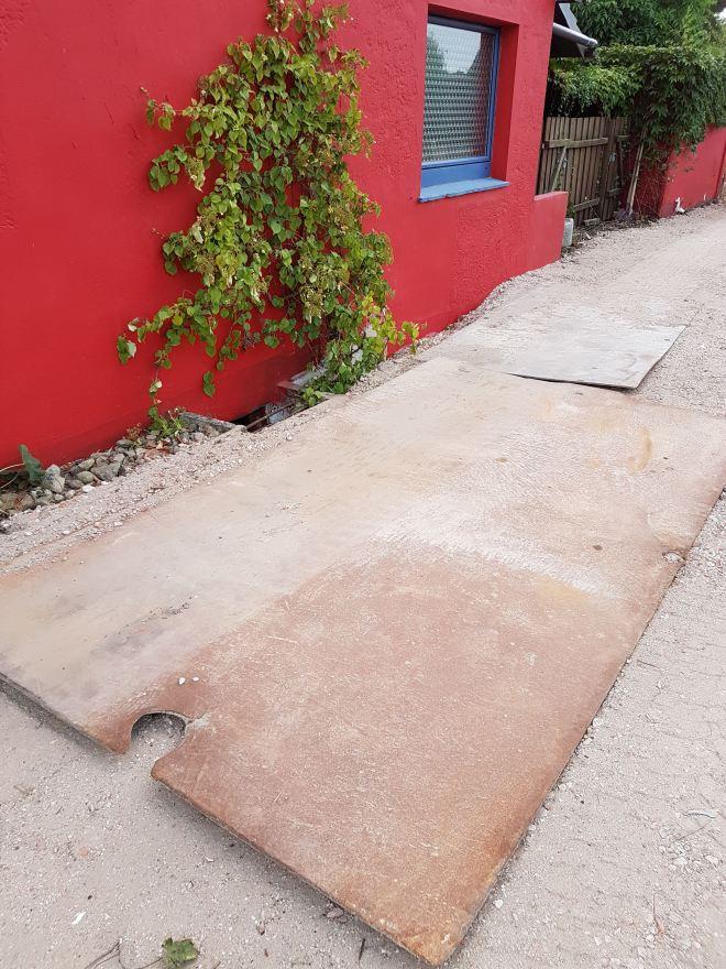 Stahlplatten in der Einfahrt