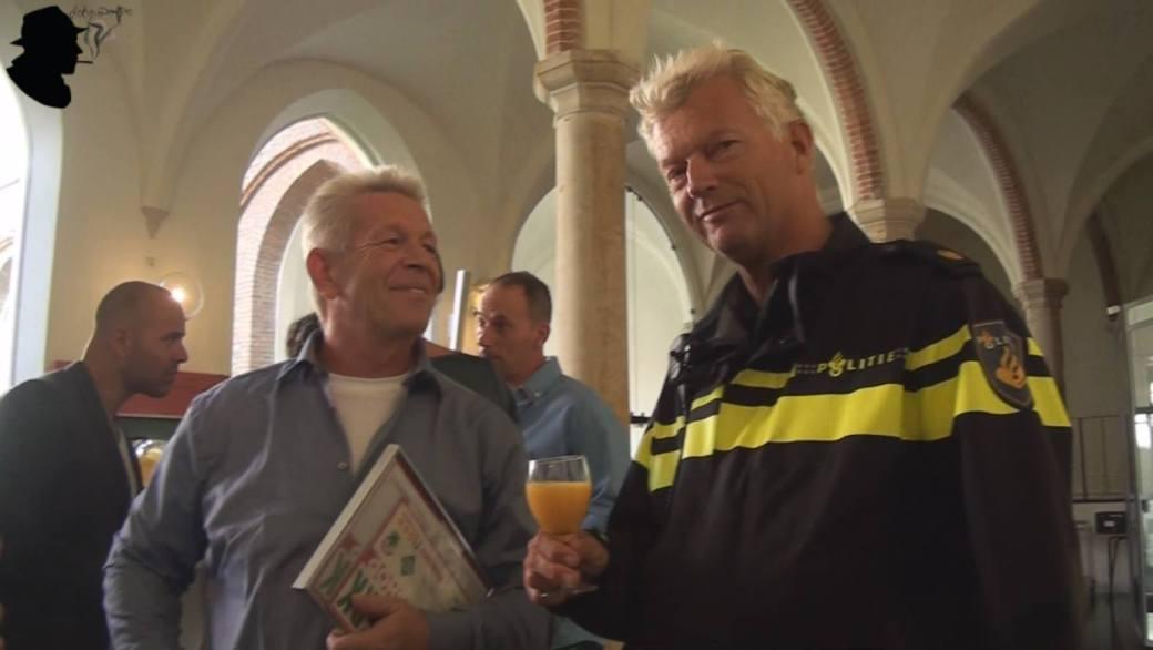 In Deutschland undenkbar: Drogendealer und Polizei stoßen an, Foto: E.m. Donk