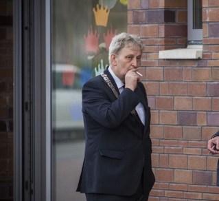 Kann wieder drinnen rauchen: Bürgermeister van der Laan
