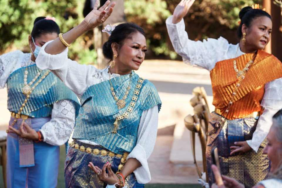 thai wedding dancers