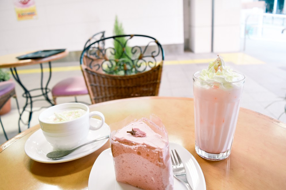Sakura white chocolate chiffon cake, latte and blended drink.