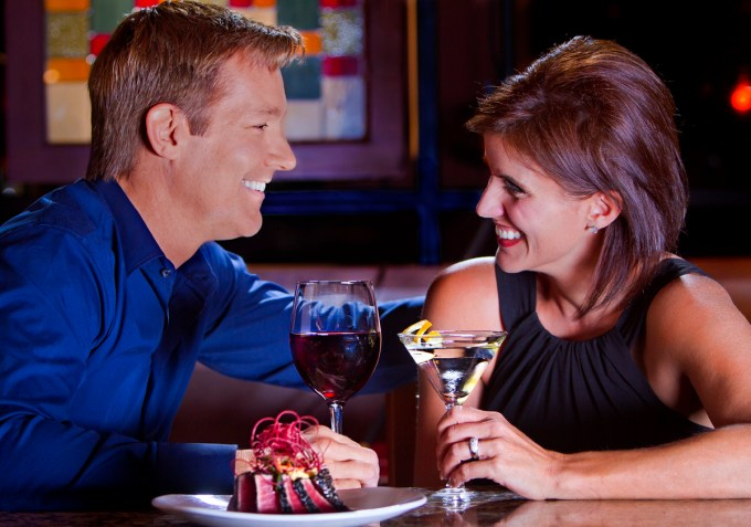Couple_at_bar_0_1