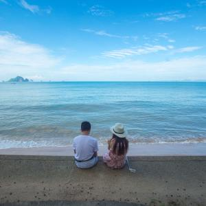 beach-clouds-couple-674671