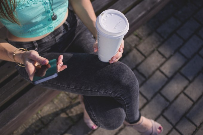 girl_holding_phone_and_coffee