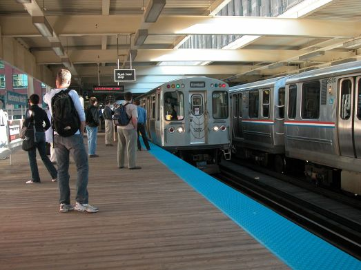 1280px-20040604_22_CTA_Brown_Line_train_at_Merchandise_Mart_station