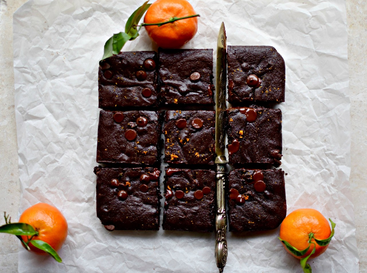 If you have a gluten-intolerant loved one who loves brownies, this recipe is for them. And you. Made with a wholegrain and gluten-free flour (I know!), these are every bit as chocolatey, fudgy and more-ish as those made with wheat flour. It may have something to do with the real butter and real sugar... 😉 kelliesfoodtoglow.com
