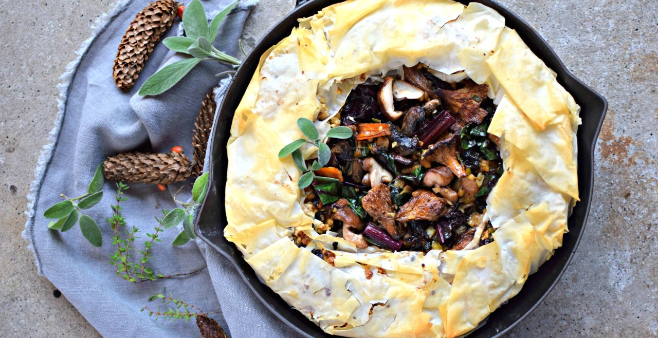 This festive skillet phyllo pie is not only stuffed with loads of delicious things (wild rice, chard, chanterelle mushrooms) but hides a secret layer of savoury baklava crunch. It is also great with a puff pastry lid instead of the phyllo pastry. Perfect as the vegetarian main course at your Christmas Eve or Day table. Easily vegan.
