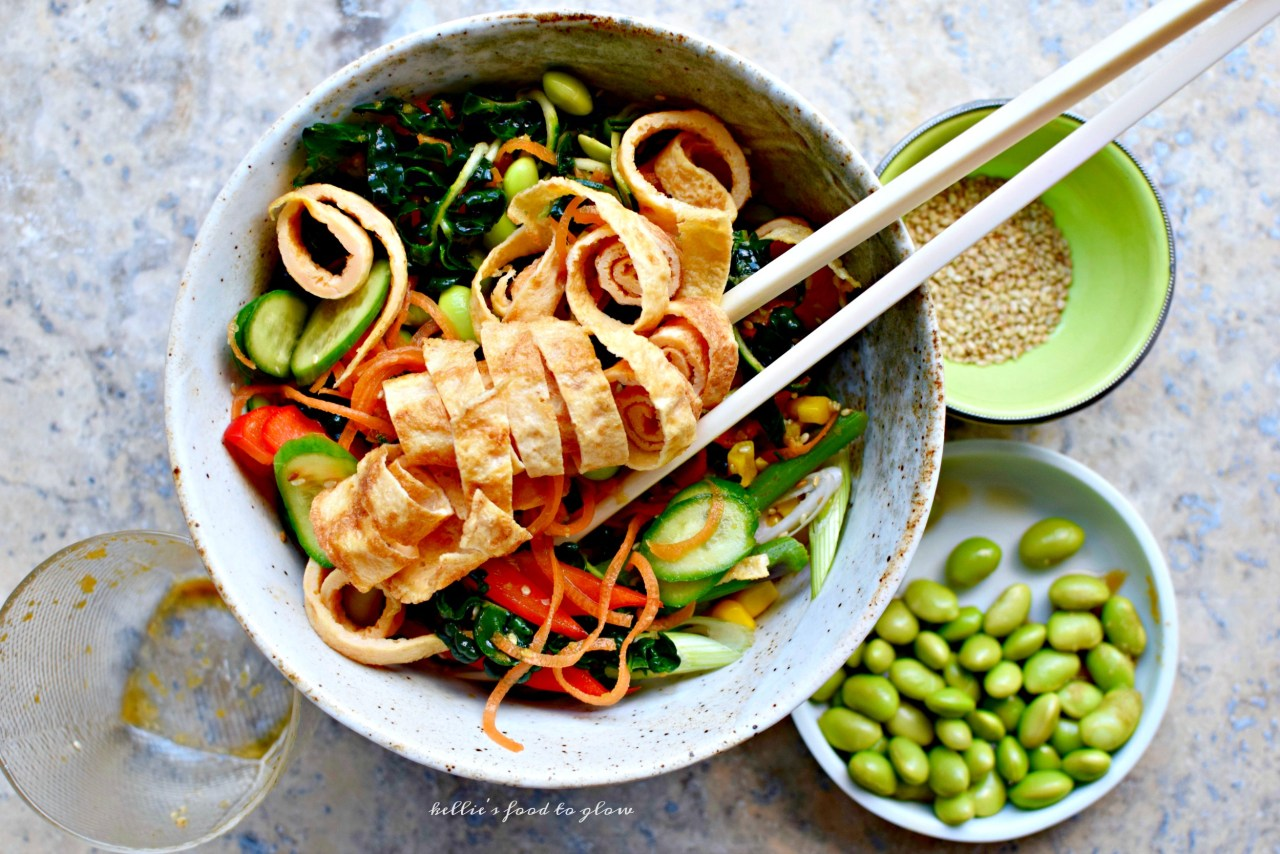 On hot days cool noodle dishes are just the thing to satisfy a yearning for something nutritious, colorful and easy. This low-carb ramen noodle-style salad ticks all of the taste boxes: spiralized vegetables,thinly sliced omelette, colorful crunchy add-ins and zesty Japanese dressing. Perfect for lunches in the garden, picnics in a cool forest or workday lunchboxes too.
