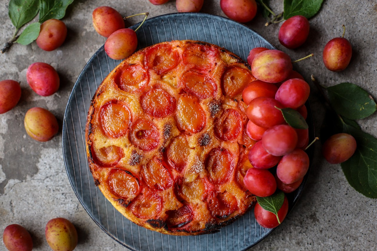 Juicy plums in and on this upside down style of cake make it super moist and naturally sweet. Gluten-free, whole grain and lower added sugars and fat. A healthier kind of #baking. #glutenfree #healthybaking #oats