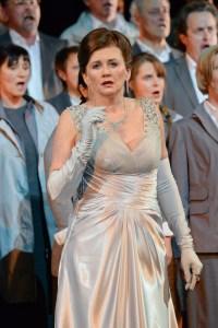Kelly Cae Hogan (Turandot, eine chinesische Prinzessin), im Hintergrund Damen und Herren des Opern- und des Extrachors