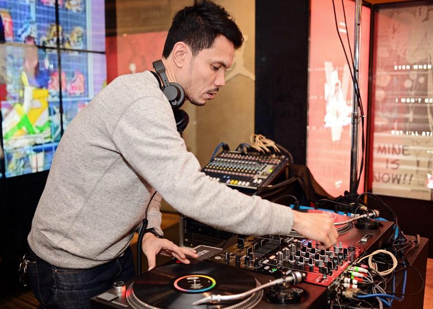 DJ-Diego-Castillo-spinning-a-vinyl-set