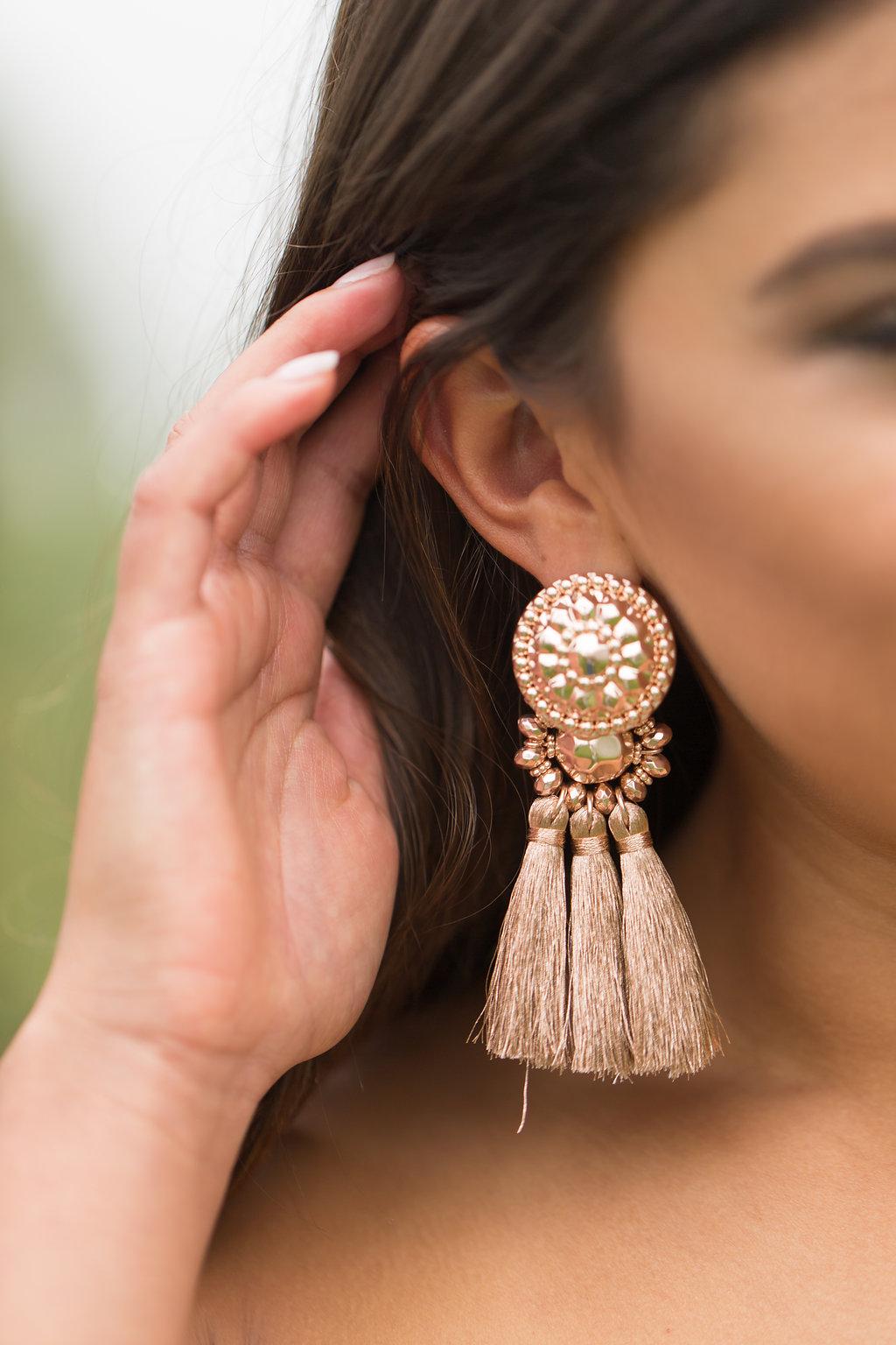 Lifestyle blogger Kelsey Kaplan of Kelsey Kaplan Fashion wearing long jean skirt and Gucci purse.