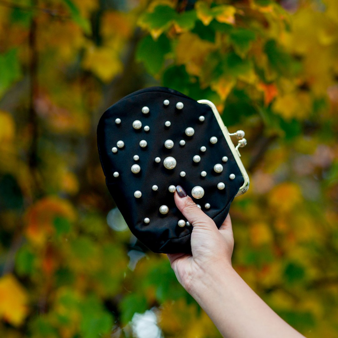 Lifestyle blogger Kelsey Kaplan of Kelsey Kaplan Fashion carrying pearl embellished clutch purse