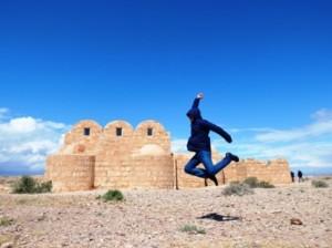 Foto melompat di padang pasir yordania