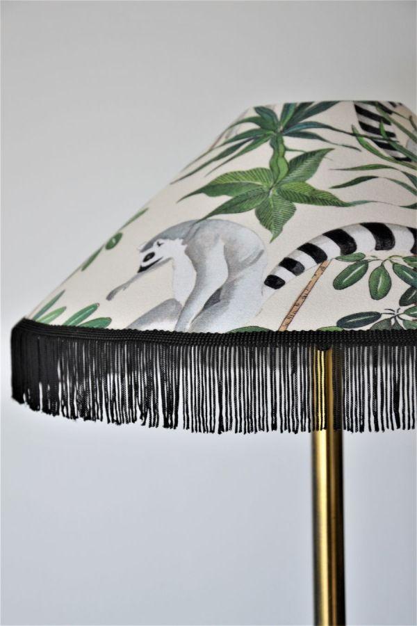 lampe à poser de créateur bretagne pied vintage en laiton et abat-jour conique en tissu avec franges motif jungle art nouveau